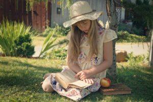 Mädchen in der Natur liest ein Buch