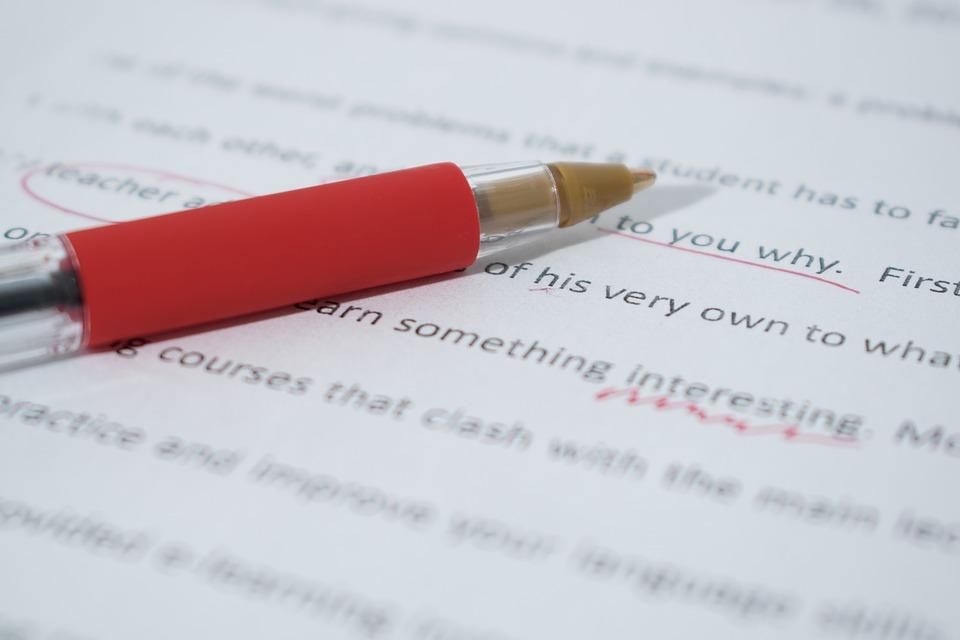Ein roter Stift auf einem Block