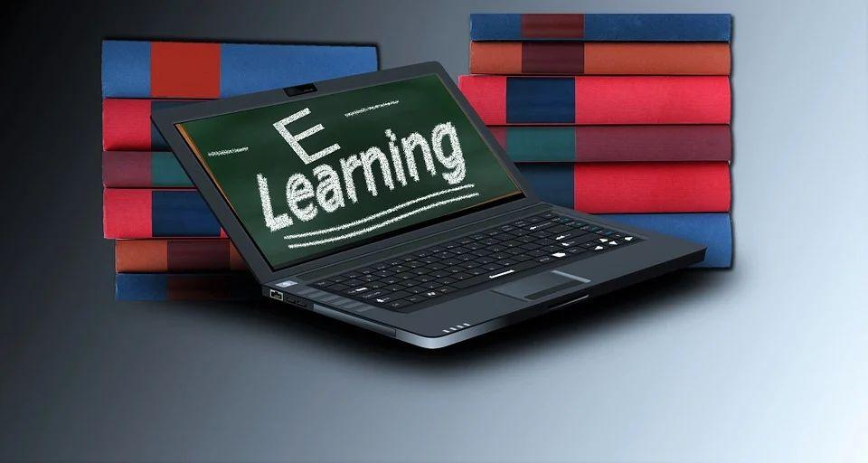 Ein Notebook zeigt das Wort eLearning auf dem Bildschirm