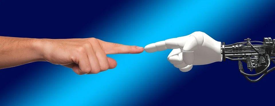 Menschliche und Roboterhand berühren einander