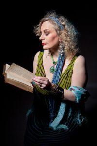 Ältere Frau liest vor