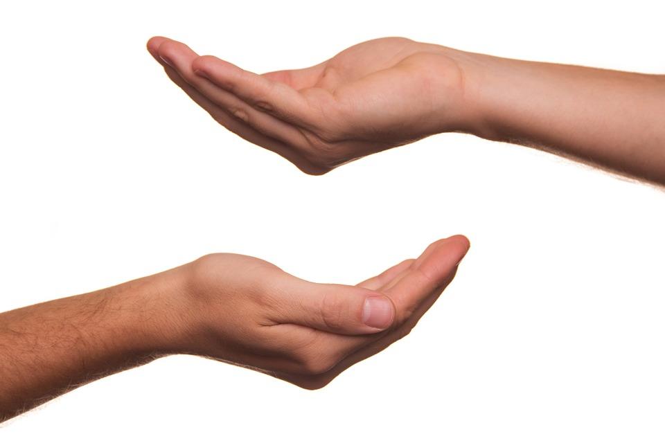 Zwei offene Hände symbolisieren Angebot