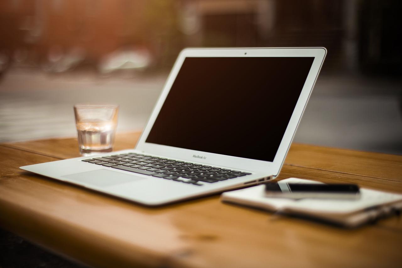 Auf einem Tisch steht ein Notebook