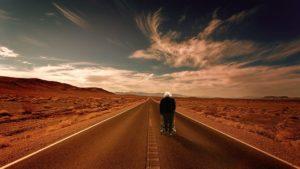 Ältere Frau mit Rollator vor einem Wüstenhintergrund